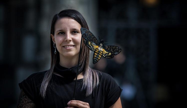 Nikola Nemergutová z Hrádku vytvořila škrabošky, které zazářily v pohádce Hodinářův učeň