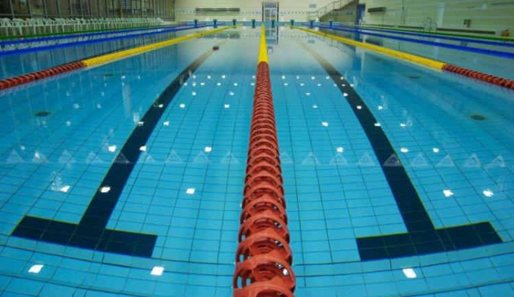 Krytý bazén 50 m se v Hradci přes léto nakonec otevře