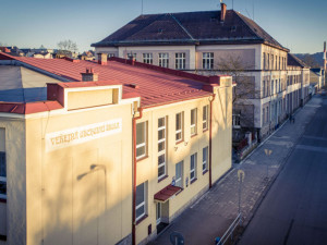 Chráněná budova školy ve Dvoře Králové má novou fasádu. Kraj za ní zaplatil 54 milionu