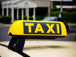 Taxikáři ode dneška nemusí mít taxametr nebo svítilnu
