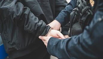 Jičínská kriminálka si došla pro výrobce a drogového dealera