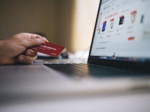 88 procent internetových obchodů na východě Čech klamalo své zákazníky. Došlápla si na ně inspekce