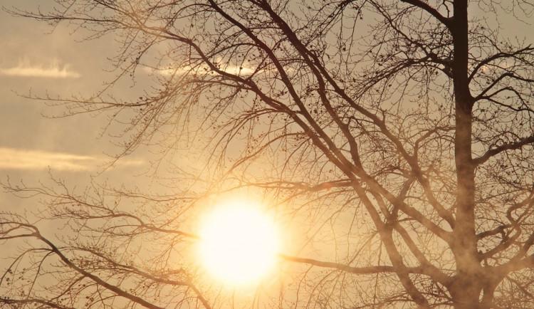 POČASÍ NA PONDĚLÍ: Po ránu jasno, odpoledne zataženo s přeháňkami