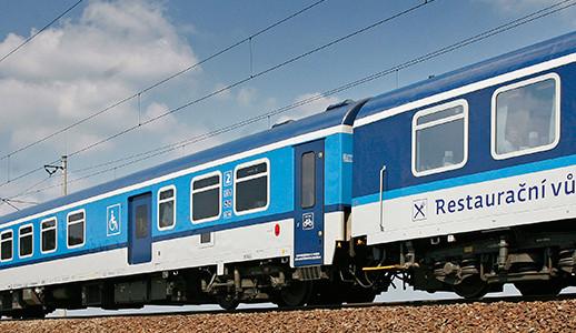 U Borovnice došlo ke střetu vlaku s osobním autem, odskákaly to jen plechy