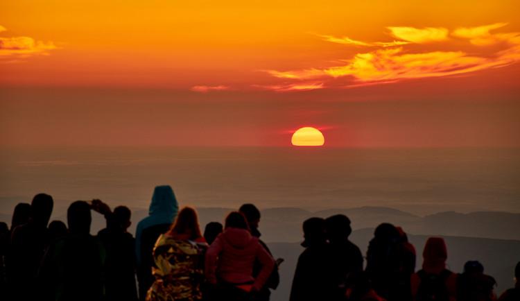 FOTO: 600 lidí se o víkendu vydalo na Sněžku pozorovat východ slunce