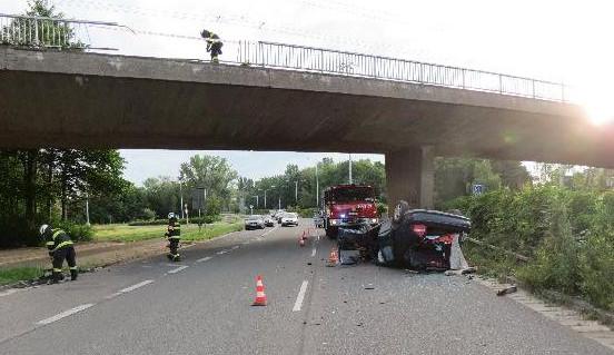Řidič prorazil zábradlí na Malšovickém mostu v Hradci Králové a spadl s autem na okruh. Nadýchal 2,5 promile