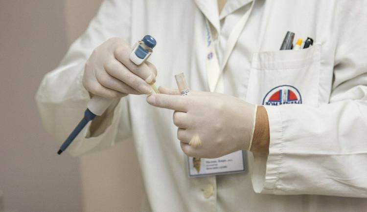 Odměny mají dostat za dobu koronavirovou všichni zdravotníci. V hradecké fakultní nemocnici by to znamenalo vyplacení dalších desítek milionů