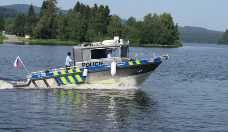 Správčický písník v Hradci Králové dnes prohledávala policie. Hledala muže, který nechal na pláži pantofle. Je možné, že se utopil