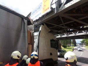 Krajští hasiči vyjížděli k požárům, převrácenému traktoru i k zaklíněnému kamionu pod železničním viaduktem