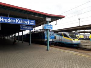 Přes hlavní vlakové nádraží v Hradci jelo mimořádně Pendolino a expresy. U Chocně srazil vlak člověka