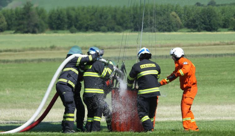 Hasiči z Jičínska absolvovali výcvik plnění bambi vaku při hašení požárů z vrtulníku