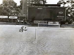 Přesně před 23 lety se lidé pod lízátky projížděli na loďkách. Na stadionu v Hradci Králové bylo 180 centimetrů vody