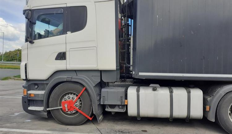 VIDEO: Královéhradečtí celníci zastavili kamion s 25 tunami nelegálního odpadu. Pokuta se může vyšplhat na 50 milionů