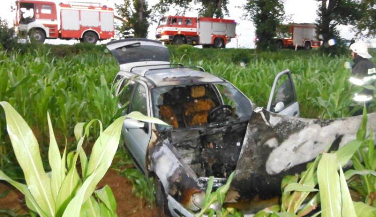 Hasiči museli do kukuřičného pole u Lázní Bělohrad, po nehodě se tu vznítilo auto