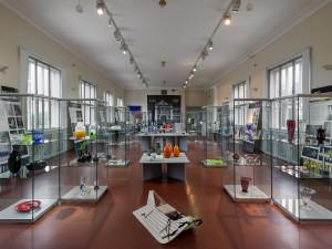 V prostorách Muzea východních Čech je výstava s názvem Skoletí. Připomíná letošní 100. výročí existence sklářské školy v Železném Brodě