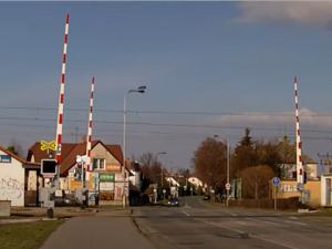 Uzavírka kvůli opravě železničního přejezdu v Pouchovské ulici zkomplikuje dopravu v Hradci. Správa železnic ale investuje i do oprav dalších přejezdů