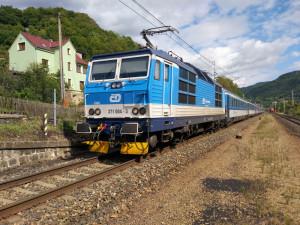 FOTO: Vlak srazil poblíž Březhradu člověka, provoz na železniční trati z Hradce do Opatovic stojí