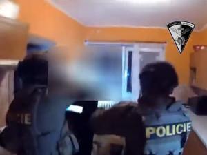 VIDEO: Agresor napadl na Hradecku bývalou partnerku a vyhrožoval jí zabitím, přišla si pro něj zásahovka