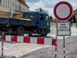 Silničáři už se pustili do opravy silnice mezi Nepolisy a Zadražany, řidiči tudy neprojedou do poloviny listopadu