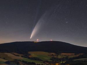 Snímek komety Neowise nad Orlickými horami vybrala NASA jako snímek dne. Kometa začne brzo slábnout