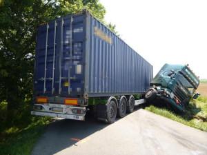 Po nehodě zablokoval kamion za Třebechovicemi celou silnici, provoz na ní byl zastaven na několik hodin