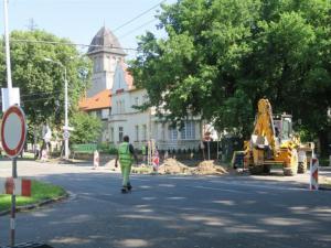 Silničáři se pustí od zítřejšího dne do opravy silnice na Gočárově okruhu