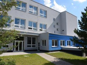 Hlavní Budova rychnovské průmyslovky dostala novou fasádu. Zateplení stálo 15 milionu korun