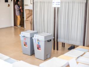 Lidé v karanténě možná budou hlasovat z auta. Ministerstvo vnitra navrhlo možné způsoby