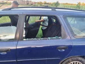 Při policejní kontrole rozbil pěstí okénko svého auta. Poranil tak svoji manželku