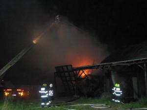 FOTO: Požár zničil na Náchodsku zemědělskou halu. Způsobil škodu za 5 milionů korun