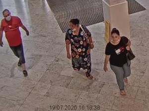 FOTO|VIDEO: Policie pátrá po trojici, která je podezřelá z krádeže šperků v klenotnictví v Hradci