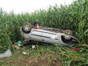 FOTO: Srnka překvapila nepřipravenou řidičku. Strhla volant a skončila na střeše v poli
