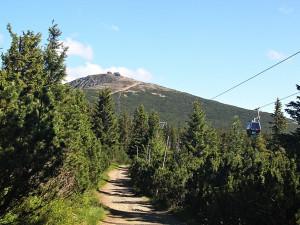 Přístupová cesta z Růžové hory na Sněžku je stále otevřená. Dělníkům se daří pracovat za provozu