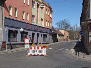 Fügnerova ulice ve Dvoře Králové je po havárii vody neprůjezdná, odpoledne už by tudy řidiči mohli opět jezdit