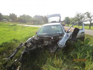 FOTO: Po srážce vyletěl motor z auta 30 metrů daleko. K nehodě letěl vrtulník