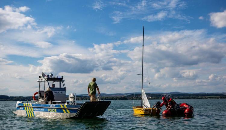 Složky IZS zachraňovaly člověka z převrácené plachetnice na Rozkoši