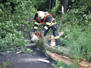 Východní Čechy provětrává silný vítr. V terénu jsou hasiči