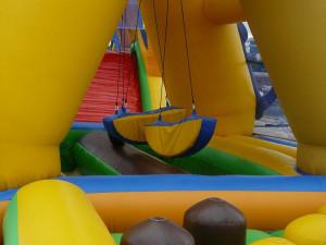 V zábavním parku v Chlumci se převrátil skákací hrad, zraněno je 6 dětí