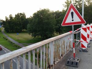 Hradec opraví malšovický nadjezd, který poničil opilec při červencové dopravní nehodě