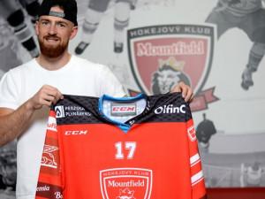 Hokejový obránce Hronek z Detroitu začne sezonu v Hradci Králové