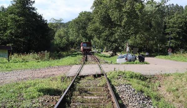 Policie řeší další srážku osobního auta s vlakem na přejezdu. Letos jde v kraji už o sedmou v pořadí