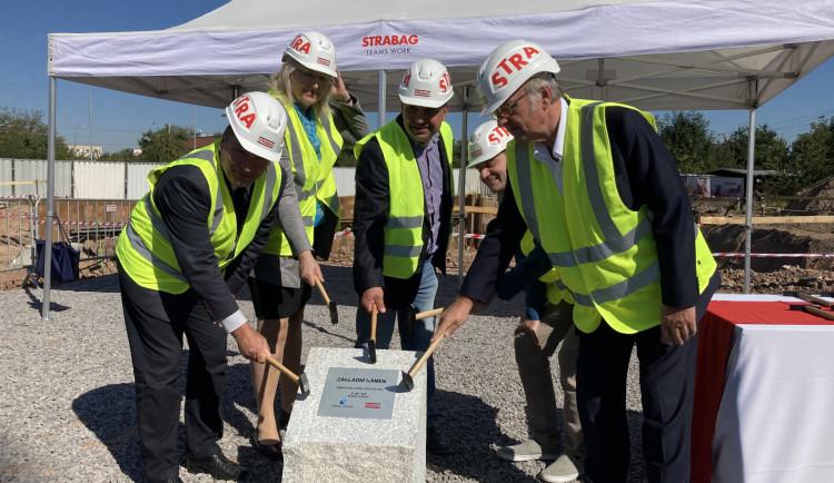 FOTO: Poklepáním na základní kámen začala stavba odlehčovací služby v ulici Honkova v Hradci Králové