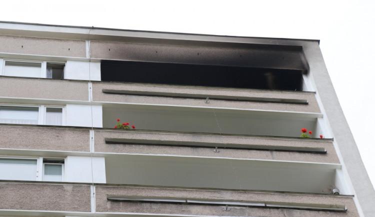 Kvůli špatně zaparkovaným autům měli hasiči problém se dostat k požáru balkonu v nejvyšším patře panelového domu