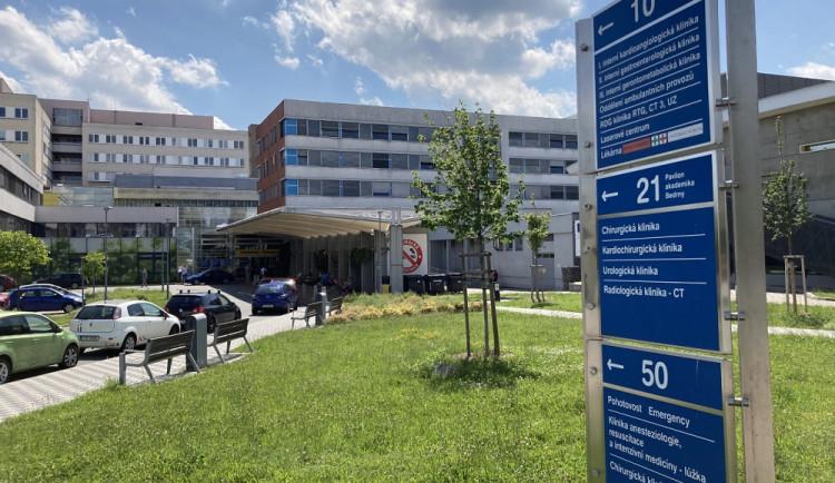 Fakultní nemocnice v Hradci omezuje od dnešního dne návštěvy na dvě hodiny denně