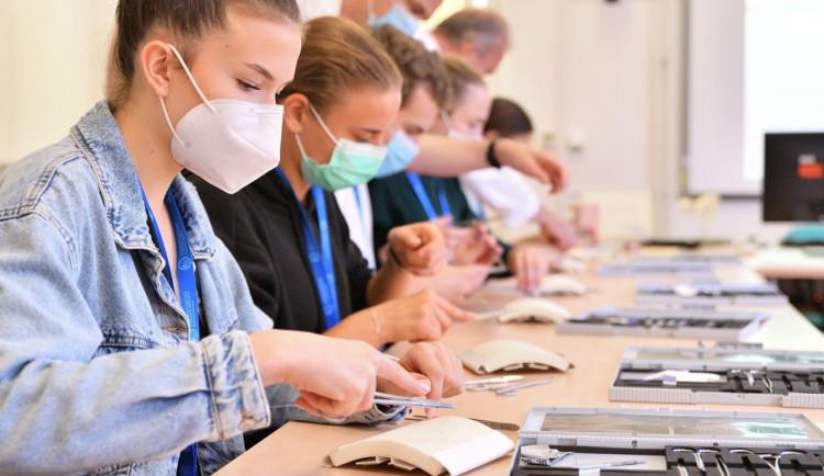FOTO: Během Medikempu si studenti vyzkoušeli medicínu nanečisto. Připravila ho Lékařská fakulta v Hradci Králové