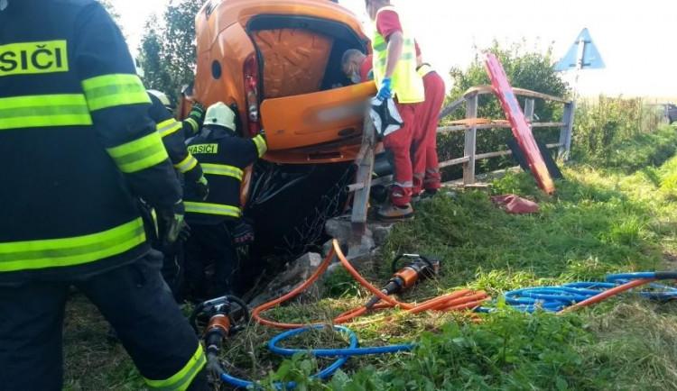 Hasiči vyprošťovali zaklíněného člověka po dopravní nehodě. Letět pro něj musel vrtulník