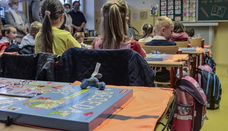 Základní školy v kraji se připravují na další opatření. Chystají výuku na dálku