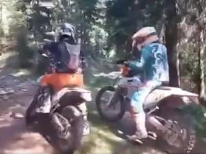 Po Krkonoších se proháněli motorkáři. Správci parku pátrají po jejich totožnosti. Neznáte je?