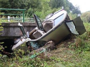 Řidič neprojel zatáčku a narazil do zábradlí mostku. Tento týden jde v kraji už o třetí případ