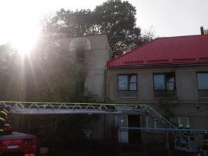 Z bývalé pekárny v Rychnově šlehaly plameny, při zásahu se zranil jeden hasič